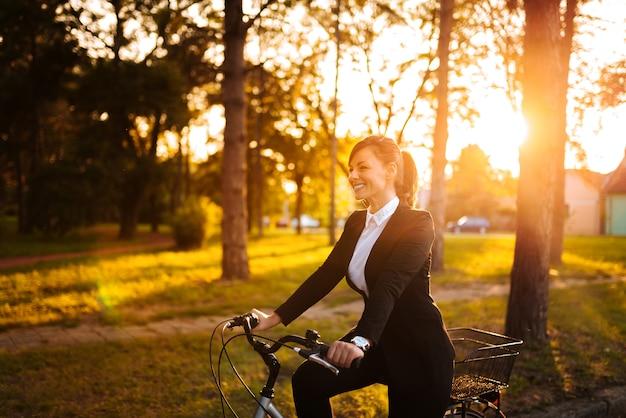Faire du vélo par une journée ensoleillée.