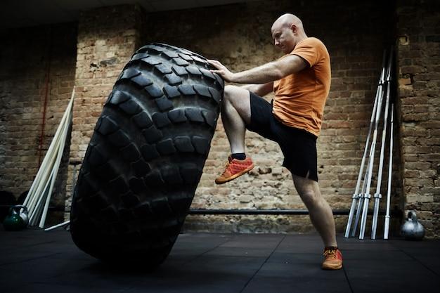 Faire de l'exercice avec un pneu énorme