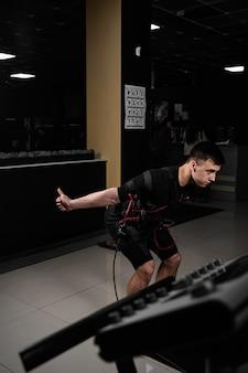 Faire des exercices physiques en utilisant une combinaison ems dans une salle de sport
