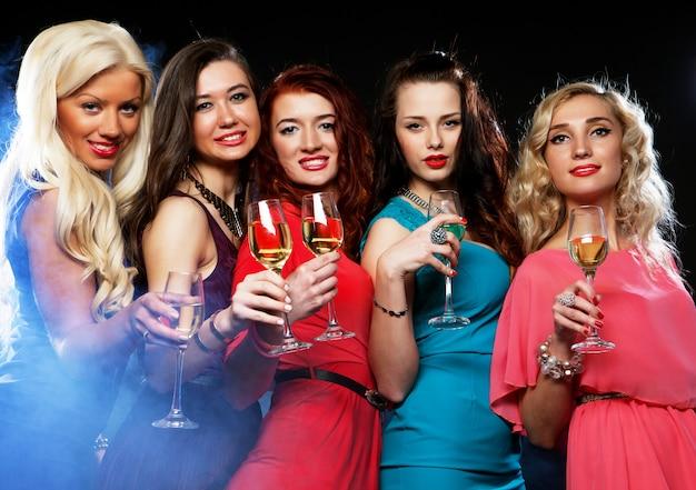 Faire la fête des filles tinter les flûtes avec du vin mousseux