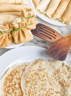Faire frire et cuire des crêpes avec du fromage et de la confiture. pour le petit déjeuner.