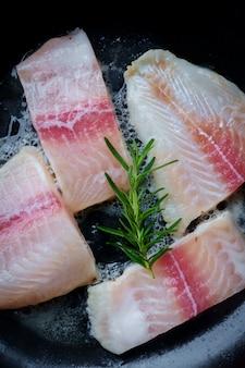 Faire frire le poisson dans une poêle