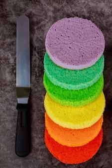 Faire un gâteau arc-en-ciel à partir de six couches de couleurs.