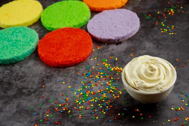 Faire un gâteau éponge festif fait maison avec de la crème. vue de dessus.