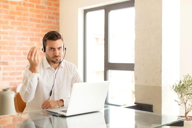 Faire un geste de capice ou d'argent, vous dire de payer vos dettes!