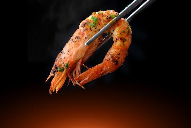 Faire griller les crevettes au barbecue dans une baguette.