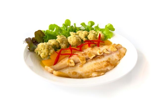 Faire griller le dory pangasius avec une fleur de chou et des légumes.