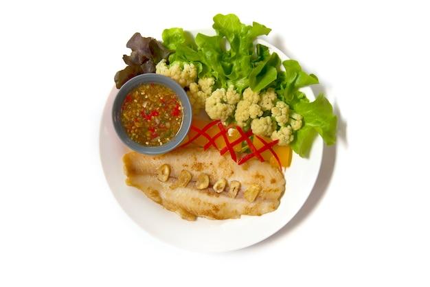 Faire griller le dory de pangasius avec une sauce épicée ou une sauce aux fruits de mer