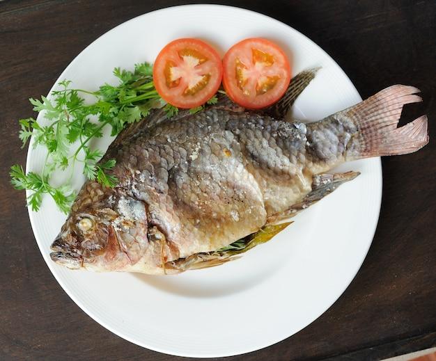Faire griller le poisson avec du sel sur la plaque