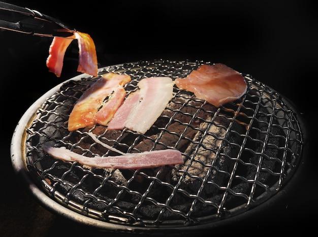 Faire griller le porc avec du charbon chaud dans la cuisine japonaise