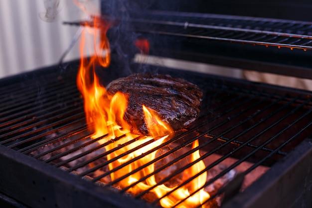 Faire griller la viande. flamme