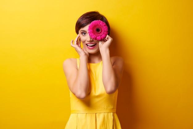 Faire des grimaces avec des fleurs