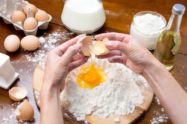 Faire de la pâte à partir d'œufs et de lait.