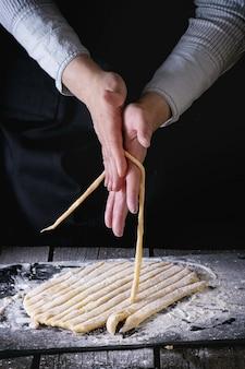Faire des pâtes avec des mains féminines