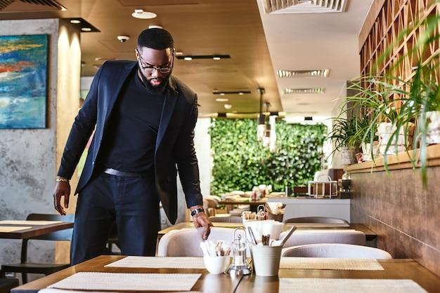Faire une pause peut conduire à des percées un homme d'affaires est venu au restaurant pour le déjeuner