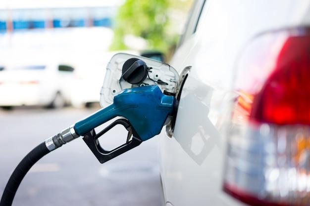 Faire le plein de carburant pour une voiture à la station-service