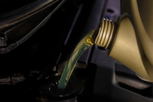Faire le plein et verser de l'huile remplir l'huile dans le moteur, l'entretien et les performances.