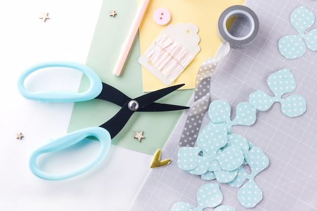Faire un projet de bricolage. décoration en papier. outils et fournitures d'artisanat pour le scrapbooking. décor de fleurs maison de saison.