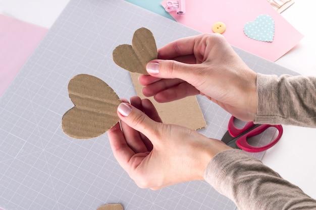 Faire un projet de bricolage. décoration à tricoter. outils et fournitures d'artisanat. assaisonnez le décor de la saint valentin à la maison