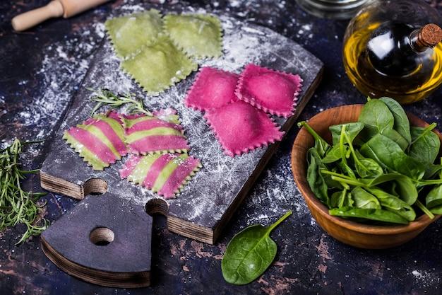 Faire des raviolis maison aux épinards et betteraves et fruits de mer farcis