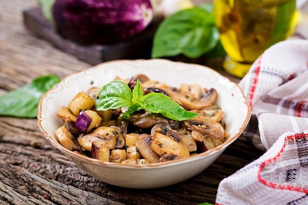 Faire sauter avec des champignons, des aubergines, des aubergines et du basilic. ragoût de légumes. végétarien, nourriture végétalienne. repas sain.