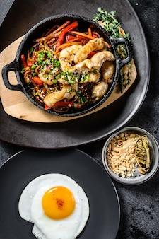 Faire sauter les nouilles avec les légumes, le poulet. nouilles au wok