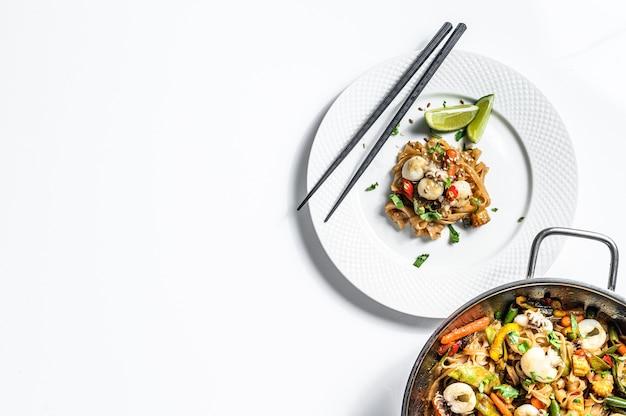Faire sauter les nouilles udon aux fruits de mer et légumes