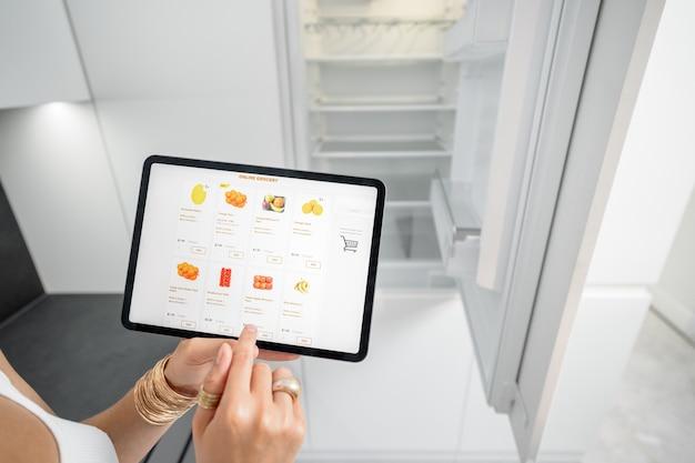 Faire ses courses en ligne à l'aide d'une tablette numérique
