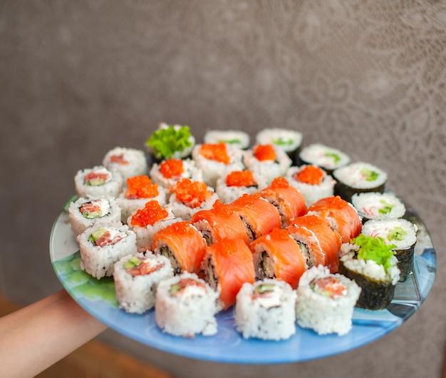 Faire des sushis et des petits pains à la maison des sushis avec des fruits de mer et du riz blanc
