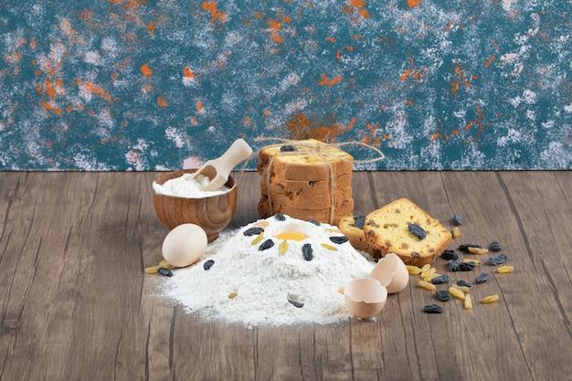 Faire une tarte avec des ingrédients comme le jaune d'oeuf et la farine