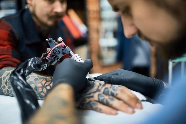 Faire un tatouage