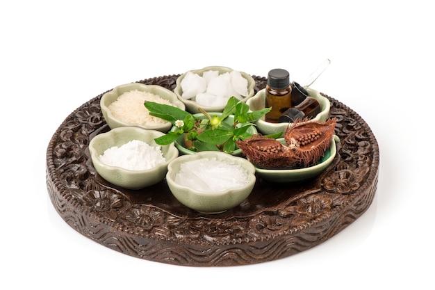 Faire tremper les cheveux avec de la fausse marguerite, du bixa orellana, du riz au jasmin, du menthol, du camphre et du bornéol isolé sur fond blanc.