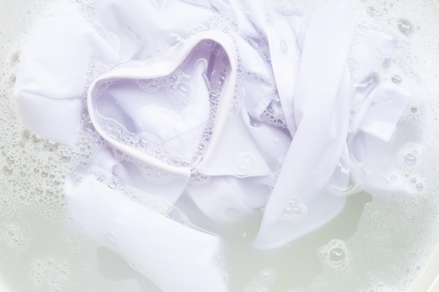Faire tremper le chiffon avant le lavage, chemise blanche