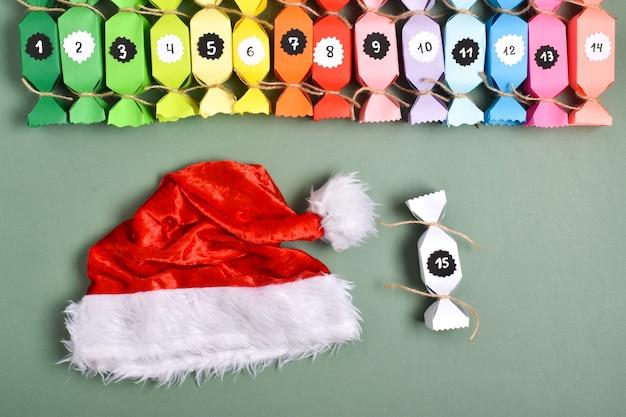 Fais le toi-même. calendriers de l'avent en papier coloré en forme de bonbons. instructions détaillées étape par étape. artisanat du nouvel an.
