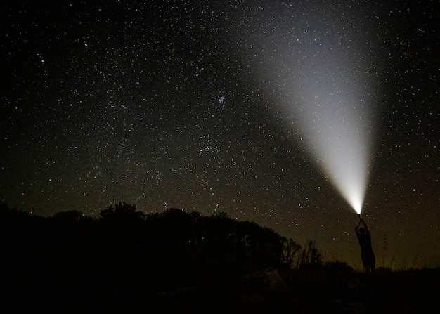 Faisceau de lumière dans le ciel étoilé