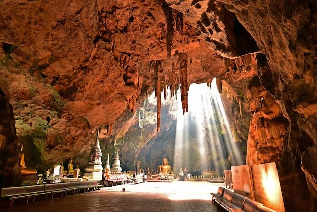 Un faisceau miracle éclabousse le sol de la grotte en hiver.