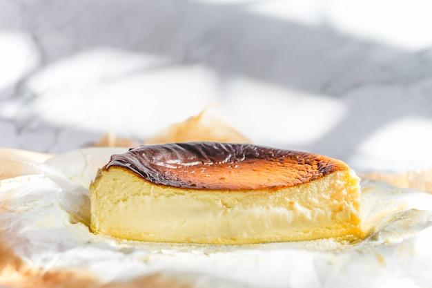 Fait maison de gâteau au fromage brûlé basque sur papier sulfurisé