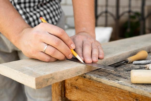 Fait de travailler avec du bois gros plan