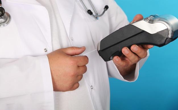 Faites un achat avec le pharmacien de carte de crédit en étirant une carte de crédit à la recherche