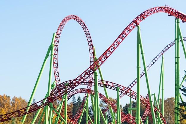 Faites une boucle et allumez des montagnes russes dans un parc d'attractions.