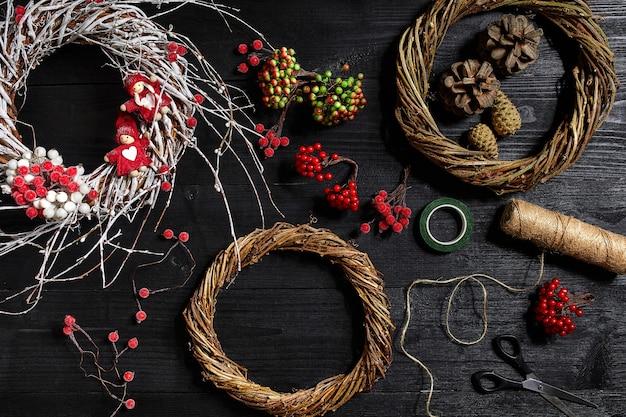 Faites une couronne de noël avec vos propres mains sur le lieu de travail pour préparer des décorations faites à la main