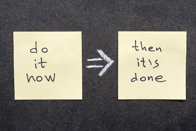 Faites-le maintenant, alors c'est fait, règle écrite à la main sur des notes autocollantes