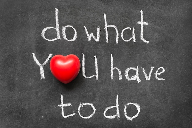Faites ce que vous avez à faire phrase manuscrite sur tableau avec le symbole du cœur au lieu de o