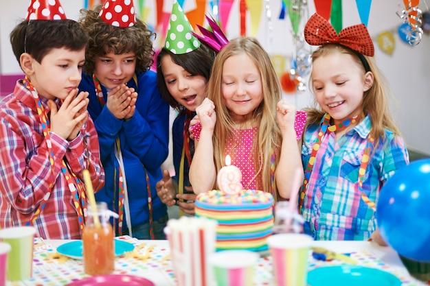 Faites un vœu et soufflez la bougie sur le gâteau d'anniversaire!