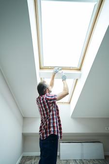 Faites de votre maison un meilleur bricoleur à l'aide d'un tournevis lors de la fixation ou de l'installation d'une fenêtre dans un nouveau sec