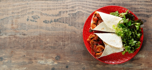 Fajitas au poulet, cuisine mexicaine, cuisine tex-mex avec espace de copie