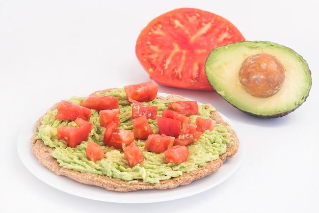 Fajitas intégraux à la tomate et à l'avocat servis avec des tortillas