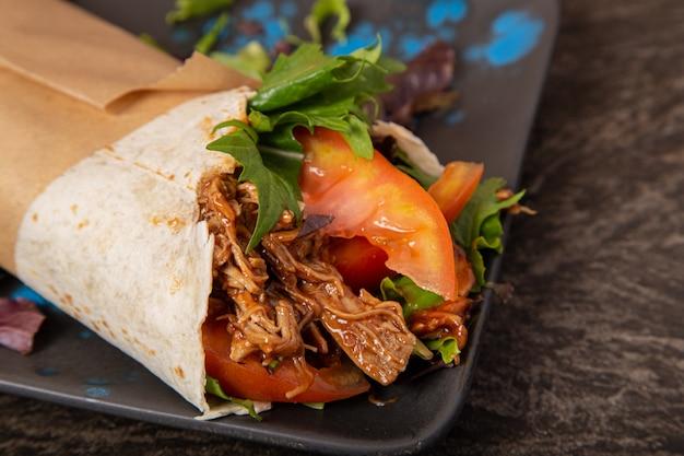 Fajitas mexicaines traditionnelles, mechado et légumes. premier plan. avion fermé