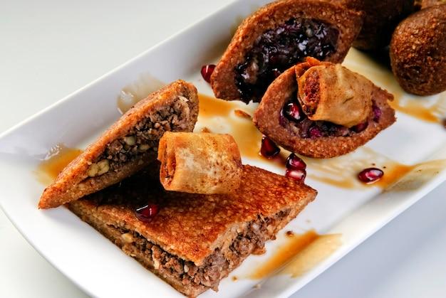Falafel de pois chiches frais avec sauce tzatziki, mise au point sélective