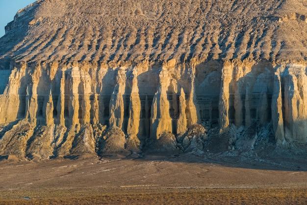 Falaise au bord du plateau d'ustiurt, kazakhstan.